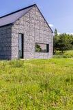Casa moderna en el prado fotografía de archivo