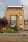 Casa moderna en Hoogeveen en la luz de la tarde, Países Bajos Imagen de archivo