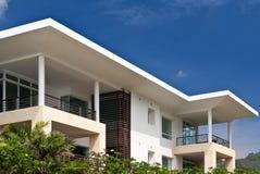 Casa moderna en un fondo del cielo azul Imagen de archivo libre de regalías