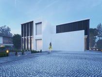 Casa moderna exterior con la iluminación al aire libre en el crepúsculo Foto de archivo libre de regalías
