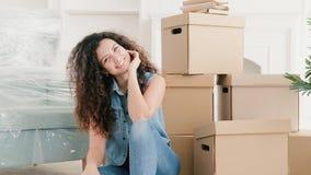 Casa moderna feliz de la señora joven del hogar móvil nueva almacen de video