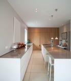Casa moderna, grande cucina minima fotografie stock