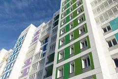 Casa moderna hermosa con las fachadas coloridas Imagen de archivo