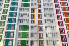 Casa moderna hermosa con las fachadas coloridas Foto de archivo libre de regalías