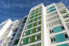 Casa moderna hermosa con las fachadas coloridas Fotografía de archivo libre de regalías
