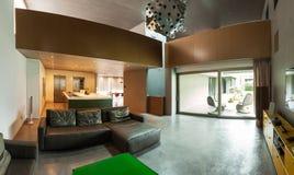 casa moderna hermosa en el cemento, interiores fotografía de archivo