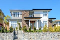 Casa moderna luxuosa com ajardinar bonito Foto de Stock