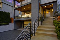 Casa moderna luxuosa exterior no por do sol fotografia de stock