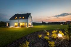 Casa moderna na noite Fotos de Stock Royalty Free