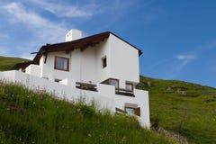 Casa moderna nelle montagne Fotografia Stock Libera da Diritti