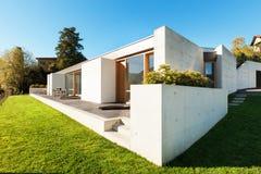 Casa moderna no cimento fotos de stock royalty free
