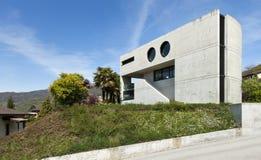 Casa moderna no cimento, ao ar livre foto de stock