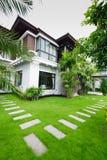 Casa moderna no jardim Imagem de Stock Royalty Free