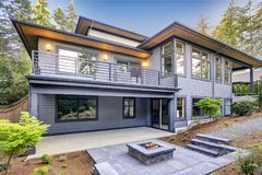 A casa moderna nova caracteriza um quintal com pátio foto de stock royalty free