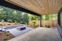 A casa moderna nova caracteriza um quintal com pátio imagem de stock royalty free