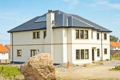 Casa moderna que acerca a la terminación. Fotos de archivo libres de regalías