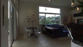 Casa moderna a sala de família em uma casa luxuosa bonita filme