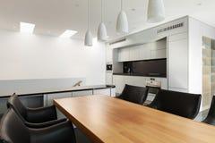 Casa moderna, tabella pranzante Immagine Stock Libera da Diritti