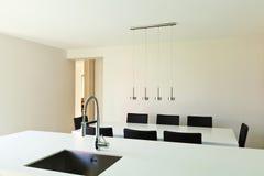 Casa moderna, vista della cucina Immagini Stock Libere da Diritti