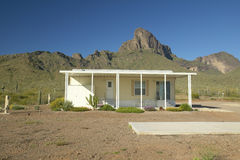 Casa modulare bianca nel deserto vicino al parco di stato del picco di Picacho, AZ Immagine Stock