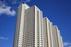 Casa molto-storeyed abitata in tipica moderna Immagine Stock Libera da Diritti