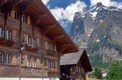 Casa, montañas y cielo alpestres Imágenes de archivo libres de regalías