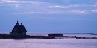 Casa mostrada em silhueta na costa Fotos de Stock Royalty Free
