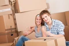 Casa movente: Comemoração feliz do homem e da mulher Fotografia de Stock