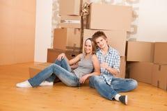 Casa movente: Comemoração feliz do homem e da mulher Fotografia de Stock Royalty Free