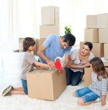 Casa movente da família alegre Imagem de Stock