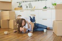 Casa movente da família feliz com caixas ao redor fotos de stock royalty free