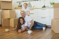Casa movente da família feliz com caixas ao redor fotografia de stock royalty free