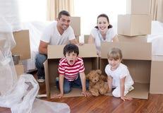 Casa movente da família com caixas ao redor Imagem de Stock Royalty Free