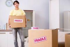 A casa movente do homem e relocating com artigos frágeis fotos de stock royalty free