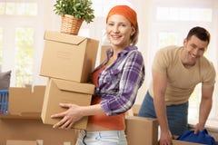 Casa movente dos pares felizes Foto de Stock