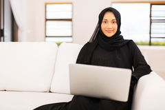 Casa muçulmana do portátil da mulher fotos de stock