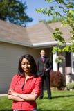 Casa: Mulher com mediador imobiliário Behind Fotos de Stock