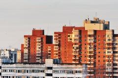 Casa multifamiliare con zona residenziale della città Fotografia Stock Libera da Diritti