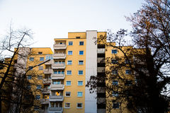 Casa multifamiliare a Monaco di Baviera, cielo blu, facciata gialla Immagine Stock