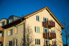 Casa multifamiliare a Monaco di Baviera, facciata gialla, Fotografia Stock