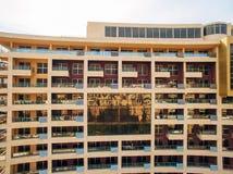 Casa multipiana sul mare Architettura montenegrina Es reale Fotografie Stock Libere da Diritti