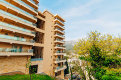 Casa multipiana sul mare Architettura montenegrina Es reale Fotografia Stock Libera da Diritti