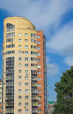 Casa multistory elevada de tijolos vermelhos e amarelos foto de stock