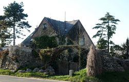 Casa musgoso misteriosa com porta Fotos de Stock Royalty Free