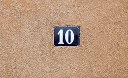 Casa número esmaltada diez Letras azules Foto de archivo