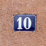 Casa número esmaltada diez Letras azules Fotografía de archivo libre de regalías