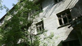Casa na cidade fantasma Construção de tijolo destruída velha da fachada com as janelas quebradas na zona industrial da cidade aba vídeos de arquivo