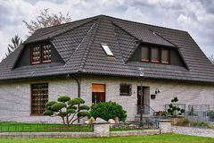 Casa na cidade pequena Fotos de Stock Royalty Free