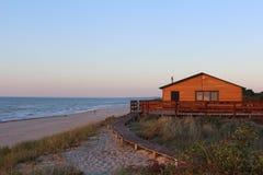 Casa na costa de mar Báltico, Rússia do por do sol Imagens de Stock
