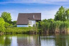Casa na costa do lago Imagem de Stock Royalty Free